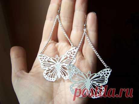 Белые серьги-качельки с цепями и ажурными бабочками за 40 грн.   Шафа