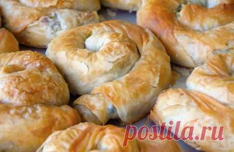 Быстрые турецкие пирожки из лаваша    Предлагаю рецепт быстрой выпечки из лаваша - турецкие пирожки с грибной начинкой Gul boregi. Gul - роза, Boregi- пирог. ИНГРЕДИЕНТЫ   лаваш 2 штгрибы 200 гррепчатый лук 1 штяичный желток 1 штмасло …