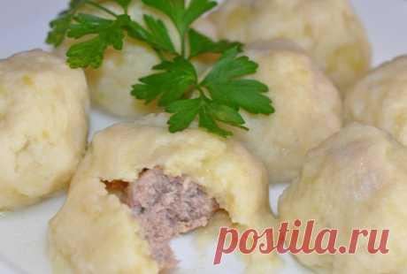 Нежнейшие, вкусные картофельные галушки с мясом со сметаной и жареным лучком или сливочным маслом. Объедение  Ингредиенты: Для теста:— мука — 350 г;— картофель — 400 г;— манная крупа — 2 ст. л.;— яйцо куриное — 1 шт.;— соль — по вкусу. Для начинки:— филе куриное — 250 г;— лук репчатый — 1 шт.;— вода холодная…