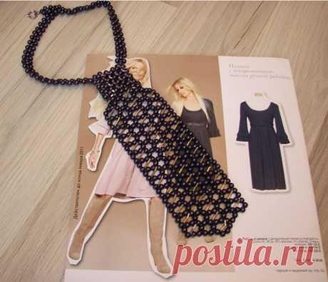 Стильный галстук из бусин и стекляруса. Цвет - бусины черный жемчуг с золотистым стеклярусом.