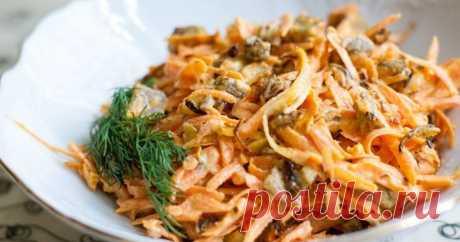Необычный салат «Обжорка» Это очень вкусный и сытный салат, который полностью соответствует своему названию: гости наедаются ним так же быстро, как он исчезает из тарелки.