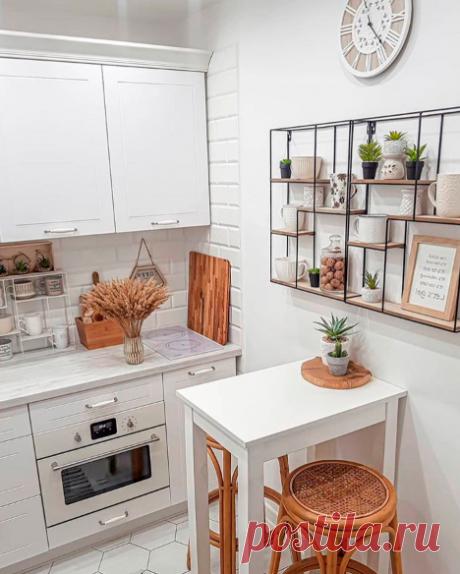 Идея для кухни 5м2 в стиле прованс. Вместили холодильник и обеденной стол в виде барной стойки.