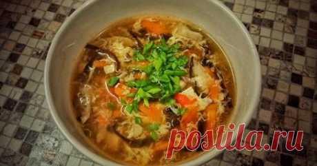 Китайский кисло-острый суп с тофу. Рецепт Свинину порезать соломкой, тофу — брусочками. Древесные грибы замочить в кипятке и, когда они набухнут, слегка отжать и тонко нашинковать. Вешенки, морковь и помидор так же порезать соломкой. Яйцо взболтать в отдельной мисочке.