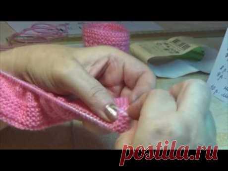 Вязание спицами . Нежные розовые пинетки