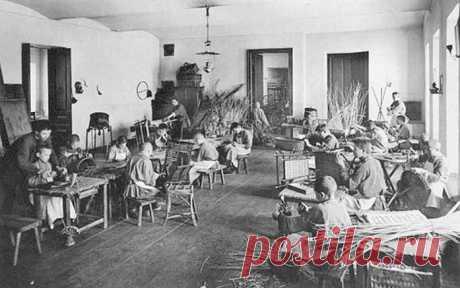 Россия: автобиография - 1902г. - Дети в корзиночно-мебельной мастерской работного дома