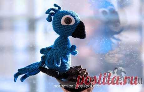 Игрушка «Попугай из Рио» крючком, амигуруми