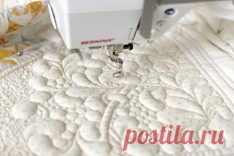 Что такое квилтинг на швейной машине и как его выполняют? Квилтинг на швейной машинке — это техника создания объёмного рисунка. Обычно он представлен несколькими слоями: верхним (декорирующим), вторым (набивка), третьим (подкладочный).