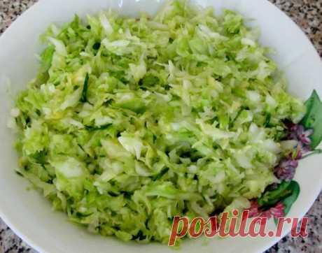 КАПУСТНЫЙ САЛАТ   капуста — четверть кочана зелень (укроп, петрушка) чеснок — 1 зубчик соль сметана   Шинкуем капусту, солим, жимкаем руками.Зелень мелко рубим, добавляем в капусту, заправляем сметаной, смешанной с р…