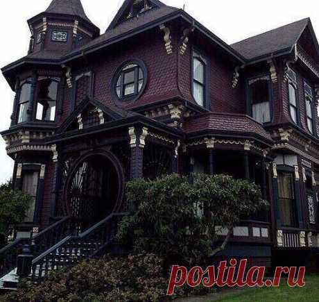 Очень необычный дом! Но красиво!