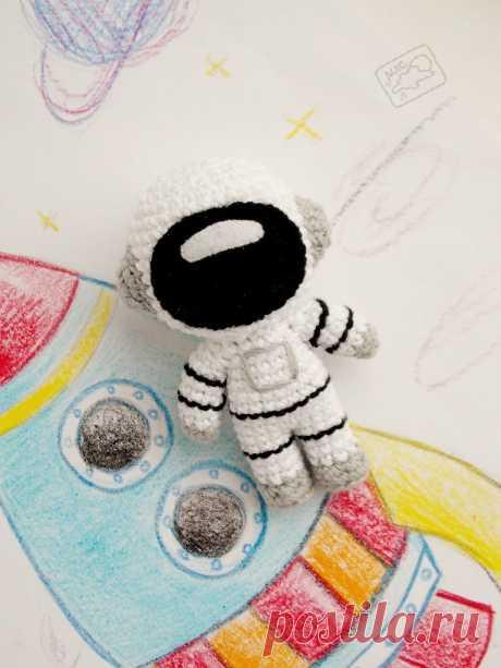 PDF Космонавт. FREE amigurumi crochet pattern. Бесплатный мастер-класс, схема для вязания амигуруми крючком. Игрушки своими руками! cosmonaut, astronaut spaceman, cosmonaute, kosmonaut, cosmonauta, космос space, cosmos, espacio, raum, espace. #амигуруми #amigurumi #amigurumidoll #amigurumipattern #freepattern #freecrochetpatterns #crochetpattern #crochetdoll #crochettutorial #patternsforcrochet #вязание #вязаниекрючком #handmadedoll #рукоделие #ручнаяработа #pattern #tutorial #häkeln #amigurumis