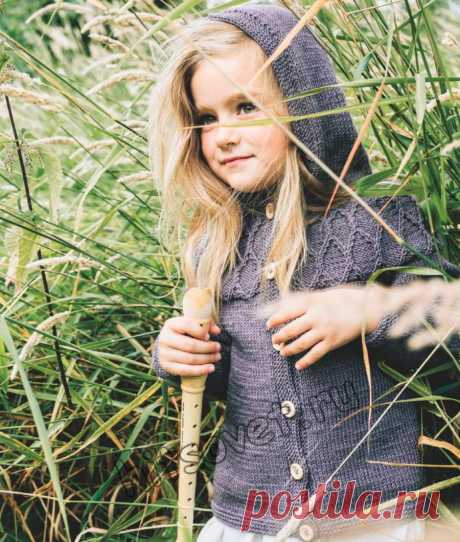 Красивый вязаный жакет с капюшоном для девочки спицами