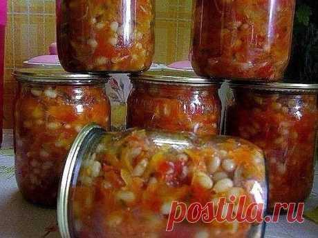 ГРЕЧЕСКАЯ ЗАКУСКА  Греческая закуска действительно полезная и питательная, можно не сомневаться, ведь в ней присутствуют самые полезные овощи, а фасоль по питательности и как поставщик белка приравнивается к мясу.  Греческая закуска готовится из следующих ингредиентов: фасоль — 1 кг репчатый лук — 0,5 кг морковь — 0,5 кг болгарский перец — 0,5 кг помидоры — 2 кг сахар — 0,5 ст. соль — 1,5 ст. л. рафинированное растительное масло — 250 мл жгучий перец (по желанию и по вкусу...