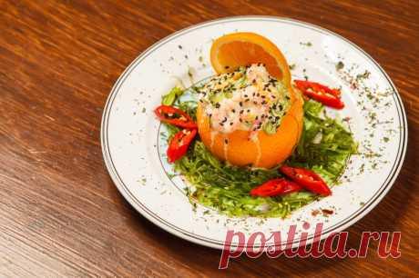 Салат с кальмарами в апельсине «Золотые шары» — именно то, что нужно для новогоднего стола! — Фактор Вкуса