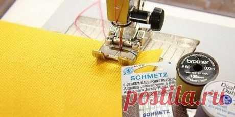Как шить трикотаж на обычной швейной машине Трикотажные вещи смотрятся красиво, удобны в носке, и магазины сегодня предлагают огромный выбор тканей. Начинающие мастерицы боятся шить вещи из этого материала, сомневаются, что без специального оборудования и подготовки выполнить такую работу сложно. Зная тонкости процесса, вы сможете изготовить любое изделие на обычной машине для шитья. Какой должна быть лапка для трикотажа Если шить платье из трикотажного полотна, используя обыкновенную лапку