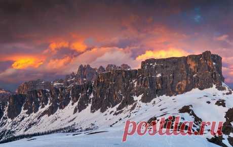 Dolomites Dolomites  Los Dolomitas es una cadena montañosa ,sus caminata lo llevan a vistas espectaculares.  Los Dolomitas son muy diferentes del resto de los Alpes; su aspecto está caracterizado por amplísimos valles cubiertos de bosques y prados desde los que se alzan, recortándose verticalmente por centenares de metros, los numerosos y aislados macizos montañosos