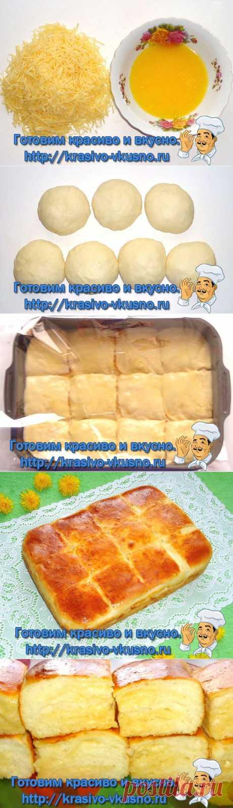 пирог с сыром -  Молоко – 200 мл Дрожжи (сухие) – 1,5 ч.л. Сливочное масло (в тесто – 50 гр.;для смазывания слоёв – 120 гр.) -170 Яйцо – 1 шт. Яичный желток -1 шт. Соль -1/4 ст.л. Сахар – 0,5 ст.л. Мука -350 гр. Сыр твёрдый – 200 гр. Готовим тесто для пирога, для этого в тёплом молоке растворяем дрожжи с сахаром, добавляем яйцо, соль, размягчённое слив