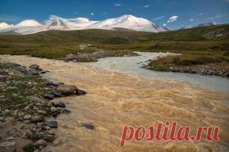 Слияние двух горных рек. Плато Укок, подножие Табын-Богдо-Ола, верховье реки Аргамджи, Горный Алтай. Автор фото – Светлана Казина.