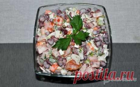 Салат из фасоли с крабовыми палочками Салат со свежим вкусом, пикантный, сытный. Еще один его большой плюс – готовится за 5-10 минут.