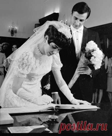 Людмила Пахомова и Александр Горшков во время церемонии бракосочетания. 1970 год.