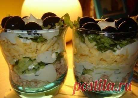 Воздушный салат. Гости в восторге от вкуса и оригинальной подачи    Рекомендую!          Ингредиенты: Отварное куриное мясо — 100 граммОгурец — 1 штукаСыр — 50 граммСалат — 2 листикаМайонез — 75 грамммаслины — 10 штук Приготовление:  Нарезаем куриное мясо, салат и…