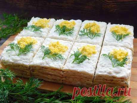 Закусочное пирожное Мимоза Закусочное пирожное мимоза - один из старых проверенных рецептов. Тесто на сливочном масле и сметане получается слоистым и хрустящим. С начинкой можно экспериментировать, используя мясной фарш, овощи, грибы. Сегодня это будут рыбные консервы, яйца и сыр. Ну а изюминкой блюда несомненно является украшение в виде веточек мимозы. Такие ровные и красивые закусочные пирожные мимоза украсят любой праздничный стол. Они сытные и очень вкусные.