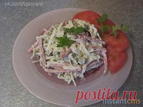 Салат «Минутка»   Этот салат действительно готовится на раз – два – три. Для этого салата нам потребуются следующие продукты: это капуста один велок примерно на 700 грамм, колбаса – 300 грамм.