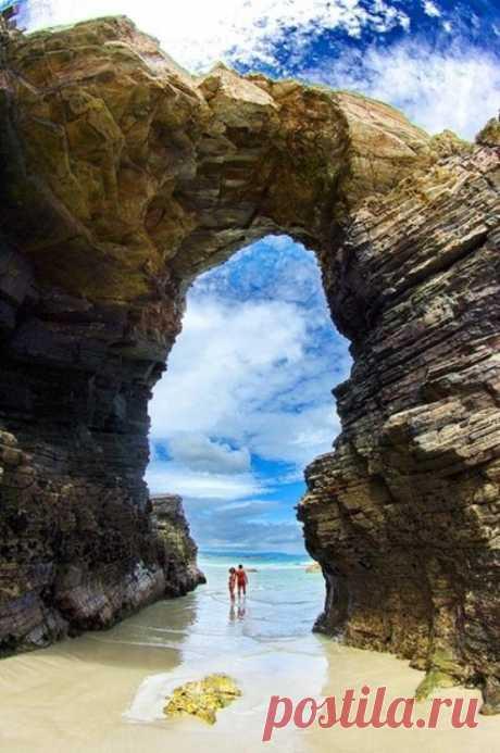 """Это удивительное место называют """"пляж кафедральных соборов"""". Скальные образования созданные морем поражают своей красотой. Лучший пляж в Галиции, Испания"""