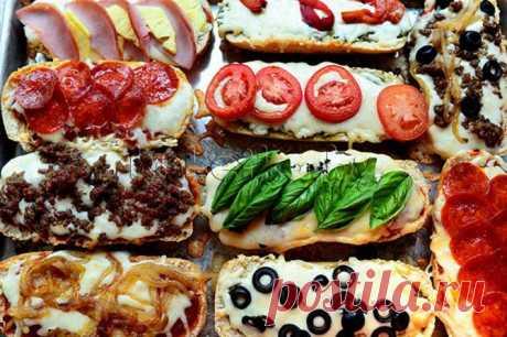 МИНИ-ПИЦЦЫ: итальянский багет,  соус для пиццы, твёрдый сыр, лук репчатый, колбаса «Пепперони», бекон, ананас (свежий или консервированный), помидоры, маслины.