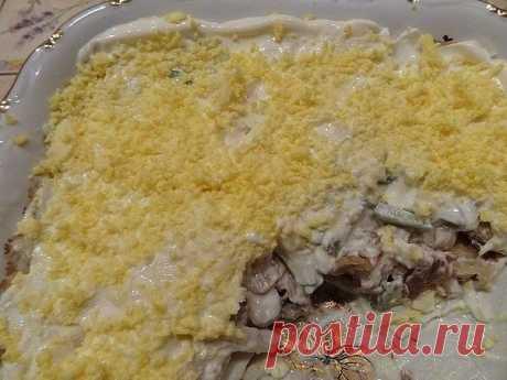 Салат из куриного филе, свежих огурцов и консервированных шампиньонов    Ингредиенты:  -2-3 вареных куриных филе,  -3 вареных вкрутую яйца,  -2 свежих огурца,  -1 небольшая луковица,  -1 небольшая банка консервированных шампиньонов,  -100 г сыра, майонез    Приготовление:  Куриное филе, огурцы, луковицу порезать кубиками. Из шампиньонов слить воду, при необходимости — порезать. Сыр натереть на мелкой терке. Из яиц вынуть желтки, а белки порезать соломкой. Выкладывать в сал...