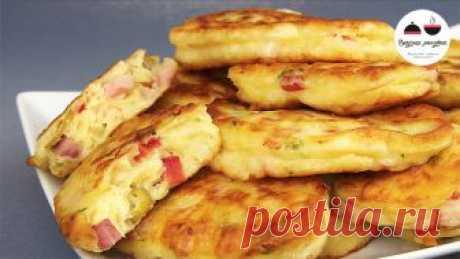 Оладьи-пиццы.Необыкновенно вкусный, ароматный и питательный завтрак.  Можно добавить в тесто грибы, перец, зеленый лук, курицу, колбасный сыр – подойдет все!