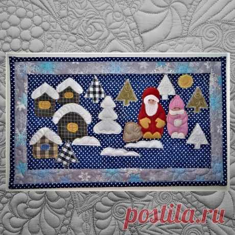 Лоскутная работа про домики, елки и Деда мороза со Снегурочкой.