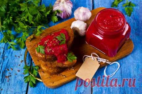 ОСТРЫЙ ТОМАТНО-СВЕКОЛЬНЫЙ СОУС   Острый томатно-свекольный соус – пикантное дополнение к блюдам из мяса, птицы или рыбы.  ИНГРЕДИЕНТЫ  2 небольших свеклы 4 крупных помидора 1 крупная луковица 3 зубка чеснока 1 перец чили 1 см. корн…