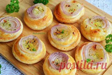 Los panecillos de cebolla \u000a¡Hasta no podéis imaginaros, por cuanto sabroso resultan los panecillos! Con ellos solamente un problema — es simplemente imposible parar. ¡Recomiendo con insistencia! Se acercan perfectamente a la sopa en vez del pan …