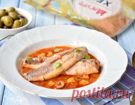 Рыба в соусе по-сицилийски. Ингредиенты: хек, лук репчатый, чеснок