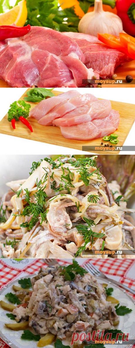 La ensalada de carne con las setas marinadas, los pepinos y el queso