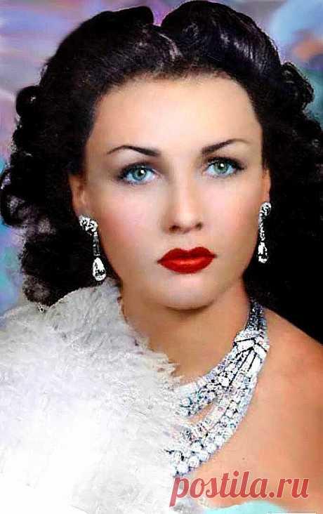 ... ... Краше бриллиантов - голубые глаза: прекрасная принцесса Египта Фавзия Фуад.   Писаная красавица, от которой глаз невозможно отвести, «голубоглазая Венера», как называли последнюю принцессу Египта Фавзию Фуад. Королева Ирана, чья жизнь должна была сложиться, подобно сказке, в блеске драгоценностей и в окружении любви. «Жемчужина Азии», которая осмелилась на развод с супругом.   Брак с наследным принцем Ирана оказался союзом чисто договорным, который преследовал поли...