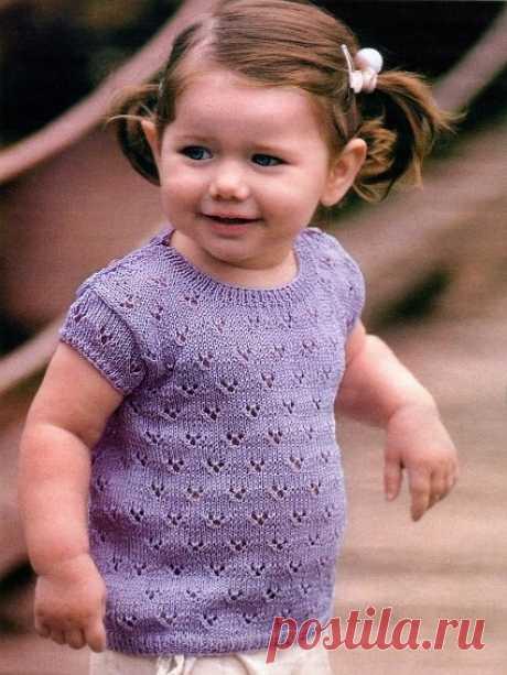 Сиреневая кофточка для девочки Легкая ажурная кофточка на лето из 100% хлопка понравится не только маме, но и самой малышке ведь в ней так приятно и не жарко. Возраст: 1-1,5 года  ПОТРЕБУЕТСЯ: 150 г пряжи (100% мерсеризованный хлопок) лилового цвета и 4 пуговицы в тон.