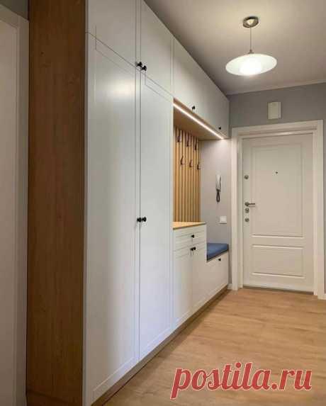 Прекрасный коридор, в котором уместился шкаф со всем необходимым