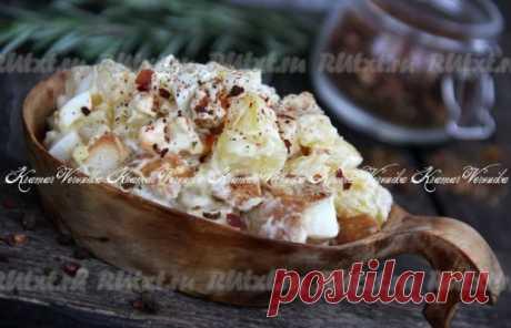 Наивкуснейший картофельный салат с яйцами, маринованным луком, сухариками