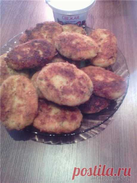 CABBAGE CUTLETS\u000d\u000a It is possible to consider this dish dietary and to prepare in a post.\u000d\u000a\u000d\u000a=1\/2 kilograms of cabbage\u000d\u000a2 tablespoons of semolina\u000d\u000a2 - 3 tablespoons rast. oils\u000d\u000a1\/2 glasses of water or broth (I in water crumbled a cube)\u000d\u000a2 tablespoons of milk\u000d\u000a1 egg\u000d\u000abreadcrumbs\u000d\u000asalt, pepper\u000d\u000agreens