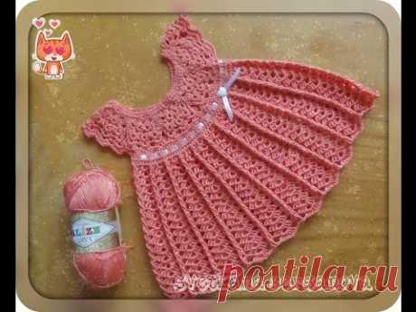 El vestido infantil por el gancho con la coqueta redonda. Crochet baby dress
