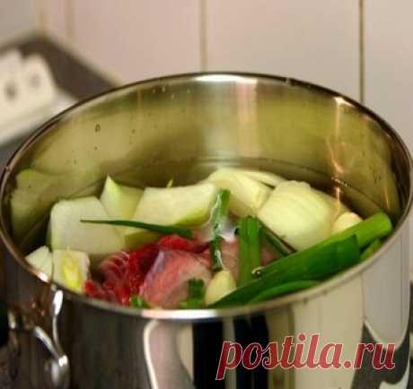 Как приготовить говяжий бульон для корейских блюд  Ингредиенты:  Говядина (вырезка, хотя с костями будет еще вкуснее) - 250 гр Репчатый лук - 1 шт Чеснок - 5 долек Зеленый лук - 3 стебля Корейская редька (если есть) - 1/4 маленькой редьки Вода - 8 стаканов  Способ приготовления:  1. Все ингредиенты положить в кастрюлю и варить на сильном огне в течение 30 минут.  2. Ппо окончании варки овощи выкинуть, мясо отложить, а бульон процедить. Готово!