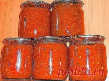 Соус на зиму. К любому блюду.  2 кг подготовленных помидоров( помытых, обрезанных от всего лишнего) 2кг подготовленных перцев( помытых и почищенных, т е в готовом к переработке виде) 100гр очищенного чеснока 2/3 стакана сахарного песка 2/3 стакана растительного(подсолнечного рафинированного) 1 столовая ложка соли с небольшой горкой специи(сушеные травки) пол чайной ложки, можно и без них. 1 чайная ложка 70% уксусной эссенции В УЖЕ ВЫКЛЮЧЕННОЕ .  Пропускаем в мясорубку чесн...