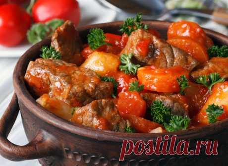 Гуляш меджимурский: рецепт с грибами и разными видами мяса  Гуляш – это нечто среднее между густым супом и мясным рагу, т.е. и первое, и второе в одной тарелке. Традиционно его готовят из говядины, но гуляш меджимурский – особый случай, когда рецепт включает …