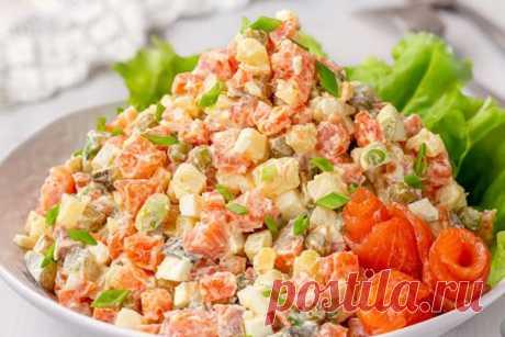 """Салат """"Оливье"""" с красной рыбой Аппетитный вариант «Оливье» для любителей красной рыбки. Добавление слабосоленой красной рыбы вместо мяса или колбасы придаёт салату нежность и приятный вкусовой оттенок,. А сочетание отварного картофеля, моркови, яиц, консервированного горошка и солёных огурцов — узнаваемый вид и вкус традиционного «Оливье». Небольшое изменение, а привычное блюдо заиграет новыми красками."""