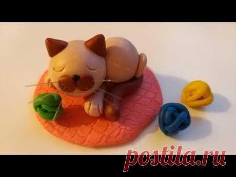 Лепим спящего сиамского котенка из мастики, пластилина, либо полимерной глины.