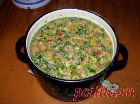 """Горячий сырный суп с колбасой  Ингредиенты (из расчета на 3-х литровую кастрюльку): - 3-4 средних картофелины - 0,5 стакана риса (можно сырого, но лучше отварного) - 1 средняя луковица - 2 небольшие морковки - 1/2 палки любой копченой колбасы, желательно жирной - плавленый сыр (2 пачки по 250 гр или 4 по 130 гр) - 1 зубок чеснока - соль - перец - приправа """"10 овощей"""" - зелень  Приготовление: 1. Картошку порезать небольшими кубиками и засыпать в кипящую воду. 2. Порезать ко..."""