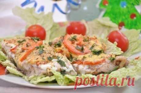 Рыбка с сыром и помидорами  Ингредиенты: - рыба толстолоб (2-3 кг) – 1 шт., - помидоры – 4 шт., - сыр – 300 г, - лимон – 1 шт., - майонез – 1 упаковка (200 г), - зелень укропа и петрушки, - соль, перец по вкусу, - специи для рыбы по вкусу.  Приготовление: Подготовленную рыбу (чищенную и потрошеную) нарезаем порционно. Солим и перчим, сбрызгиваем лимонным соком и даем помариноваться 10 минут.Сыр натираем на мелкой терке, зелень мелко режем, соединяем их вместе и ...