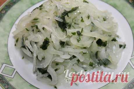 Как вкусно замариновать лук Маринованный лук – это вкусная закуска к мясу, рыбе. Его добавляют во всевозможные салаты или используют как самостоятельное блюдо. Но как же замариновать его вкусно, узнаете из этого рецепта.Как замариновать лук в уксусе быстро и вкусноПродукты для приготовления:Приготовление маринованного лука в уксусе для салатов и мяса:Приятного аппетита!