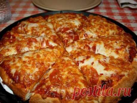 Пицца (самая быстрая) на сковороде за 10 минут Сохраните, чтобы не потерять рецепт   Ингредиенты: Яйцо - 2 шт  Майонез - 4 ст. л.  Сметанa - 4 ст. л.  Мука (без горки) - 9 ст. л.  Сыр  Колбаса  Грибы (По желанию) Помидор  Приготовление: 1. Тесто получается жидкое, как сметана, его выливаем на сковороду смазаную маслом, сверху положить начинку (томат, колбаса, солёные огурчики, оливки, помидоры и др.) 2. Заливаем майонезом, и сверху толстый слой сыра. 3. Ставить сковородку на плиту, на несколько